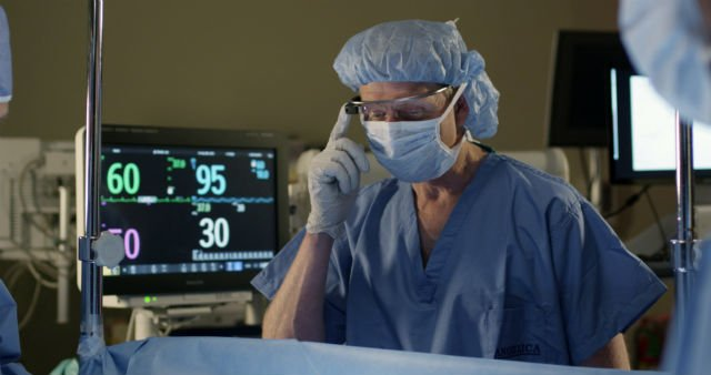 PhilipsAnesthesiologist viewing vital signs during surgery.jpg